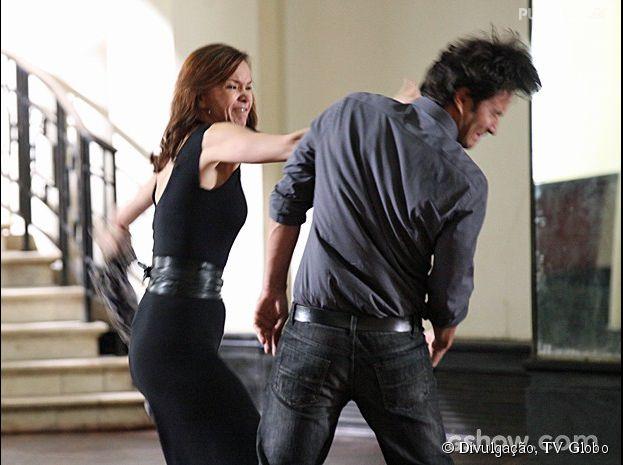 """Na novela """"Em Família"""", Helena (Julia Lemmertz) ataca Laerte (Gabriel Braga Nunes) ao ver ele discutindo com Luiza (Bruna Marquezine)"""