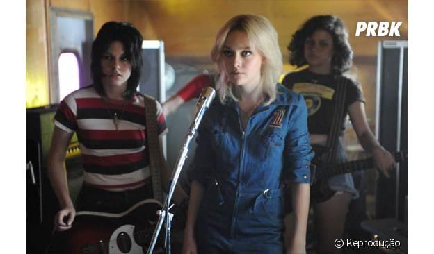 "Kristen Stewart e Dakota Fanning vivem as cantoras Joan Jett e Cherie Currie no filme ""The Runaways"""