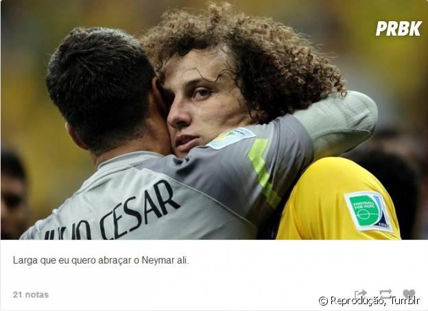 """No Tumblr """"David Luiz carinhoso"""" as legendas imaginam o que o jogador devia estar pensando na hora que a foto foi tirada"""