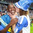 David Luiz não tem vergonha de abraçar e beijar seus amigos na frente das câmeras