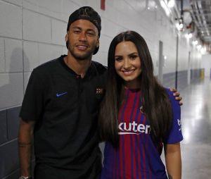 Demi Lovato e Neymar durante jogo do Barcelona, em Nova Jersey