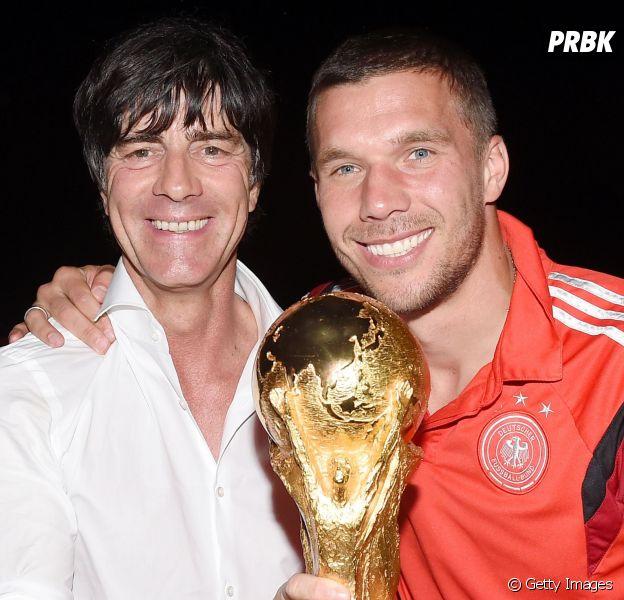 Podolski comemora com o técnico o título de tetra campeão da Alemanha