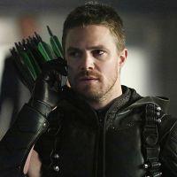 """Em """"Arrow"""": na 6ª temporada, Oliver (Stephen Amell) mostra novo uniforme completo em cartaz!"""