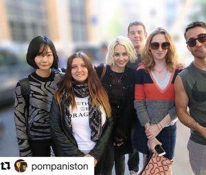 """Uma fã muito sortuda encontrou o elenco de """"Sense8"""" durante as gravações!"""