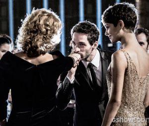 """Angela (Patrícia Pilar) adora a presença de Antonio (Michel Noher) na sua festa em """"O Rebu"""""""