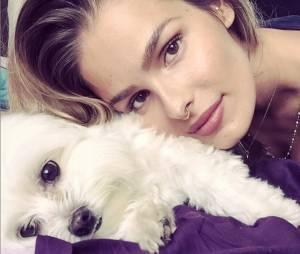 """Yasmin Brunet é amante dos animais! Que """"mãe de pet"""" linda, né?"""