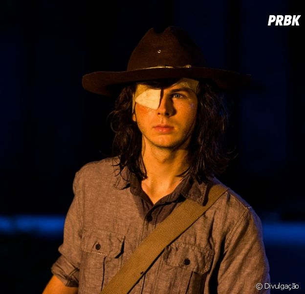 "Em ""The Walking Dead"", Carl (Chandler Riggs) é mordido por zumbi!"