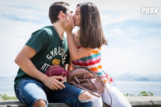 """Em """"Rock Story"""", Zac (Nicolas Prattes) e Yasmin (Marina Moschen) demoraram para assumir os sentimentos"""