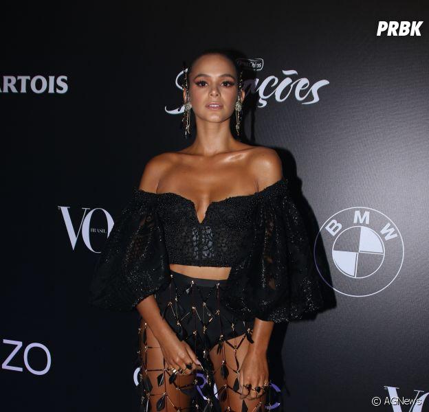f73cf48c0 Baile da Vogue 2018: Bruna Marquezine usou um conjunto preto com uma saia  de penas