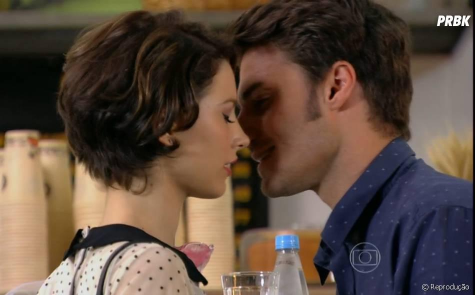 """Martin (Hugo Bonemer) e Micaela (Laís Pinho) já quase se beijaram em """"Malhação"""" quando a menina fazia parte do plano de vingança de Flaviana (Anna Rita Cerqueira)"""