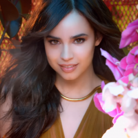 "Sofia Carson, de ""Descendentes"", comemora 100 milhões de views no clipe de ""Love Is The Name"""