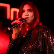"""Dua Lipa faz maior show da turnê """"Self-Titled Tour"""" e se emociona ao relembrar carreira"""