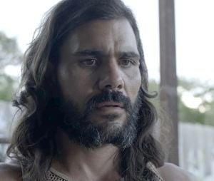 """Em """"O Outro Lado do Paraíso"""": Mariano (Juliano Cazarré) decide mostrar a barriga para provar que Sophia (Marieta Severo) o acertou com tesouradas"""
