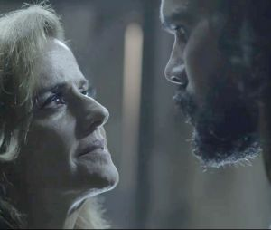 """Em """"O Outro Lado do Paraíso"""": Mariano (Juliano Cazarré) conta tudo que Sophia (Marieta Severo) fez com ele durante julgamento"""