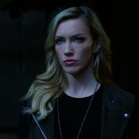 """Em """"Arrow"""": na 6ª temporada, herói morre para salvar Laurel (Katie Cassidy)!"""