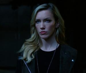 """Em """"Arrow"""": na 6ª temporada, Laurel Lance (Katie Cassidy) é salva após ataque de Diaz (Kirk Acevedo)"""