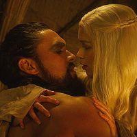 """Emilia Clarke e Jason Momoa, de """"Game of Thrones"""", se reencontram e animam fãs!"""