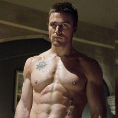 """Stephen Amell, de """"Arrow"""", posta foto nu e fãs piram: """"Credo, que delícia"""""""