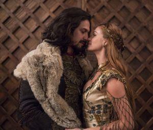 """Afonso (Romulo Estrela) e Amália (Marina Ruy Barbosa) no último capítulo de """"Deus Salve o Rei"""""""