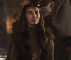"""Selena (Marina Moschen) é coroada rainha de Lastrilha no último capítulo de """"Deus Salve o Rei"""""""