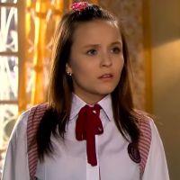 """Novela """"As Aventuras de Poliana"""": Mirela chora e pede ajuda de Raquel após ser expulsa de casa!"""