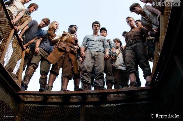 """Os meninos de """"Maze Runner - Correr ou Morrer"""" esperando o próximo companheiro que chega mensalmente à Clareira"""