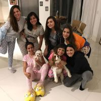 Anitta dá festa do pijama com presença da ex-RBD Maite Perroni