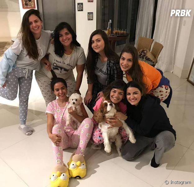 Anitta recebeu amigas - entre elas Maite Perroni - pra festa do pijama