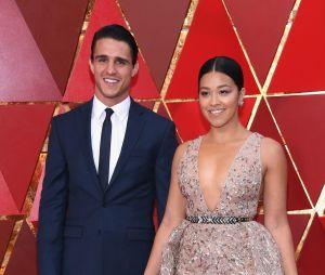 """Gina Rodriguez, de """"Jane The Virgin"""", deseja feliz aniversário a Joe LoCicero e deixa aliança de noivado à mostra"""
