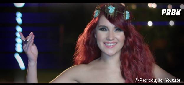 """Dulce María arrasa nos looks no vídeo de """"O Lo Haces Tú O Lo Hago Yo"""""""