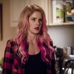 """Felicity aparece cheia de piercings e com o cabelo rosa em novas fotos de """"Arrow""""!"""