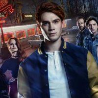 """""""Riverdale"""" ganha pôster macabro com os pais dos protagonistas!"""