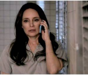 """Victoria (Madeleine Stowe) fica surpresa ao ouvir Emily (Emily VanCamp) do outro lado da linha, em cena da quinta temporada de """"Revenge"""""""