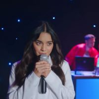 "Vanessa Hudgens relembra ""High School Musical"" no clipe de ""Lay With Me"" do grupo Phantoms"
