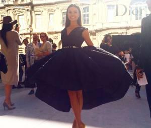 Em Paris, na França, Isis Valverde assistiu ao desfile da grife Dior