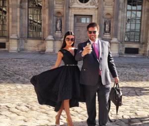 Isis Valverde e o jornalista Bruno Astuto posam na entrada do desfile da Dior, em Paris, na França