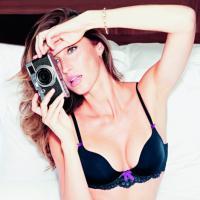 Gisele Bündchen chega no Brasil e revela à revista que gosta de calçinha fio dental