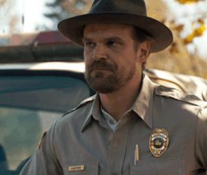 """Em """"Stranger Things"""": David Harbour, o xerife Hopper, afirma que série terá mais temporadas"""