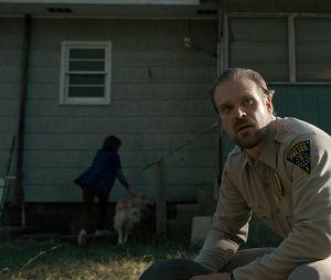 """David Harbour, o xerife Hopper de """"Stranger Things"""", conta que série terá mais temporadas!"""