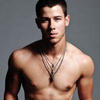 OMG! Nick Jonas leva os fãs à loucura em ensaio super sensual