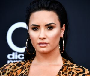 Demi Lovato aponta dedo do meio para paparazzi ao deixar academia nesta terça (20)