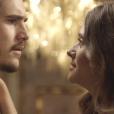 """Em """"O Tempo Não Para"""": Samuca (Nicolas Prattes) descobre segredo do pai depois de conhecê-lo"""