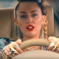 OMG! Após perder a casa em incêndio, Miley Cyrus tem depósito invadido e instrumentos roubados