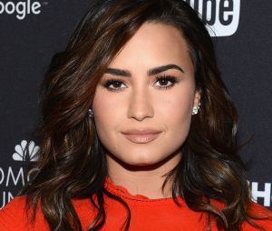 Em processo de recuperação, Demi Lovato volta a ser vista com estilista aos beijos