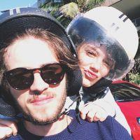 Chay Suede posta foto romântica com Laura Neiva na garupa de motocicleta!