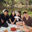 "Noah Centineo e Camila Mendes durante os bastidores de ""The Perfect Date"", novo filme da Netflix"