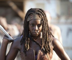 "Em ""The Walking Dead"": Michonne (Danai Gurira) mata seis crianças para salvar Judith (Cailey Fleming)"