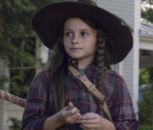 """Em """"The Walking Dead"""", na 9ª temporada:Judith (Cailey Fleming) é salva por Michonne (Danai Gurira)"""
