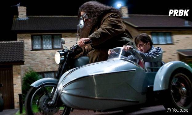 """""""Harry Potter: público vai poder escolher ir de moto, como Hagrid (Robbie Coltrane), ou de sidecar, como Harry (Daniel Radcliffe) na nova área do parque"""