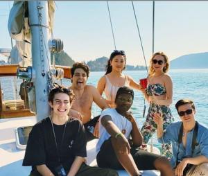 """De """"Para Todos os Garotos que já Amei 2"""", como não amar essa amizade do elenco?"""